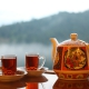 قوری چای در کنار دو لیوان قرار گرفته روی میز